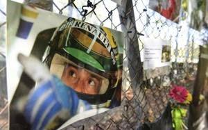 Una foto di Senna nella zona dell'incidente a Imola.Lapresse